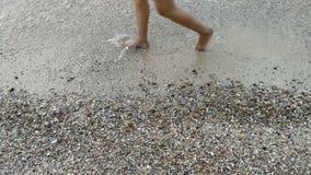 Vrouw die op het strand lopen stock video
