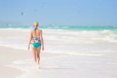 Vrouw die op het strand in zonsondergang lopen Royalty-vrije Stock Fotografie