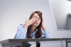 Vrouw die op het werk wordt vermoeid Stock Foto