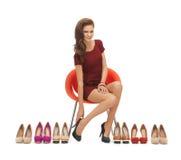 Vrouw die op hoog gehielde schoenen proberen Stock Afbeeldingen
