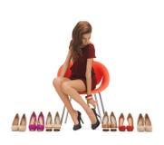 Vrouw die op hoog gehielde schoenen proberen stock foto's