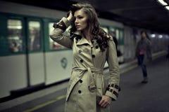 Vrouw die op iemand wacht Royalty-vrije Stock Foto