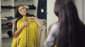 Vrouw die op kleren probeert stock video