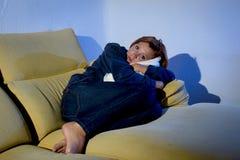 Vrouw die op laag met hoofdkussenkussen in spanning liggen en depressie royalty-vrije stock fotografie