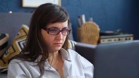 Vrouw die op laptop babbelt stock videobeelden
