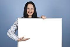 Vrouw die op lege banner voorstelt Royalty-vrije Stock Foto's