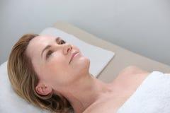 Vrouw die op massage wachten Stock Foto's