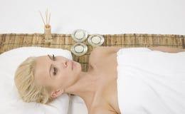 Vrouw die op massagemat ligt royalty-vrije stock afbeelding