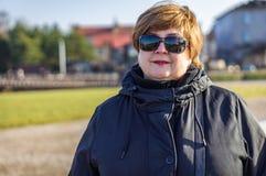 Vrouw die op middelbare leeftijd in het stadspark lopen royalty-vrije stock afbeeldingen