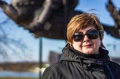 Vrouw die op middelbare leeftijd in het stadspark lopen royalty-vrije stock foto