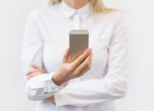 Vrouw die op mobiele telefoon letten Stock Afbeeldingen