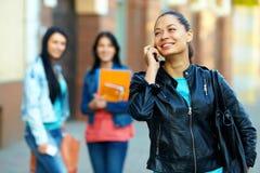 Vrouw die op mobiele telefoon, op de straat spreekt stock afbeeldingen