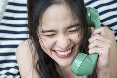 Vrouw die op mobiele telefoon spreekt Stock Fotografie