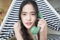 Vrouw die op mobiele telefoon spreekt stock foto's