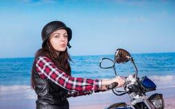 Vrouw die op Motorfiets bij Strand Camera bekijken stock afbeeldingen