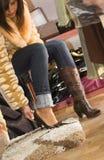 Vrouw die op nieuwe schoenen probeert Royalty-vrije Stock Afbeeldingen
