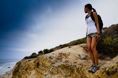 Vrouw die op Oceaanklippen wandelen Royalty-vrije Stock Afbeeldingen
