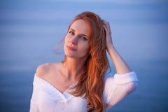 Vrouw die op overzees lopen royalty-vrije stock fotografie