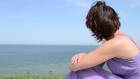 Vrouw die op Overzeese Mening dromen stock video