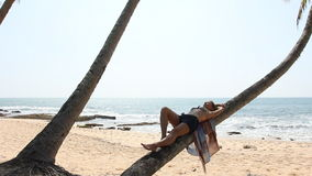 Vrouw die op palm liggen stock footage