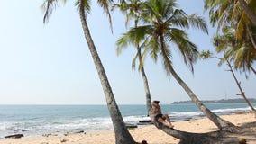 Vrouw die op palm liggen stock videobeelden