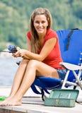 Vrouw die op pijler vist royalty-vrije stock fotografie