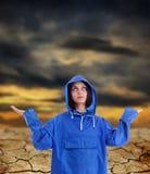 Vrouw die op regen wacht, Stock Afbeelding