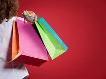 Vrouw die op rode achtergrond winkelen Royalty-vrije Stock Afbeelding