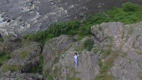 Vrouw die op rots ligt stock video
