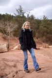 Vrouw die op rotsen loopt Stock Fotografie