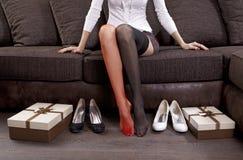 Vrouw die op schoenen probeert Stock Foto