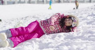 Vrouw die op sneeuw liggen stock footage