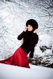 Vrouw die op sneeuw loopt stock afbeeldingen