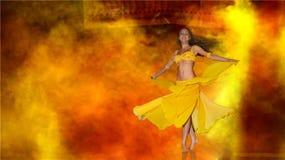 Vrouw die op stadium danst Stock Afbeeldingen
