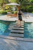 Vrouw die op stappen over pool lopen Stock Afbeeldingen