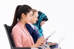 Vrouw die op stoel op de rekrutering van het baangesprek wachten royalty-vrije stock foto