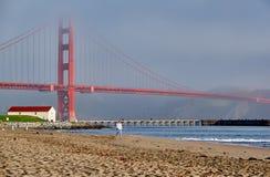Vrouw die op strand dichtbij Golden gate bridge lopen royalty-vrije stock fotografie