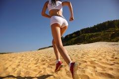 Vrouw die op strand loopt Stock Foto's