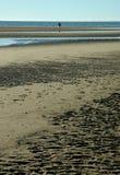 Vrouw die op strand loopt Royalty-vrije Stock Foto