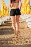 Vrouw die op strand loopt Stock Afbeeldingen
