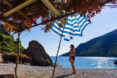 Vrouw die op strand van vakantie genieten stock foto