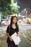 Vrouw die op taxi of bus op de straat wachten Royalty-vrije Stock Afbeelding
