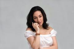 Vrouw die op telefoon luistert Royalty-vrije Stock Foto's