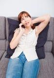 Vrouw die op telefoon spreekt Stock Fotografie