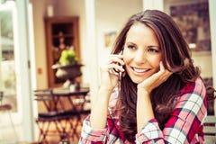 Vrouw die op telefoon spreekt Stock Foto