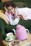 Vrouw die op telefoongesprek wacht Stock Afbeelding