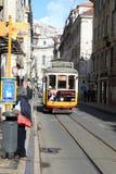 Vrouw die op tram wachten stock afbeeldingen