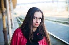 Vrouw die op trein op oude spoorpost wachten Royalty-vrije Stock Fotografie