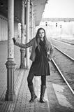 Vrouw die op trein op oude spoorpost wachten Royalty-vrije Stock Afbeeldingen
