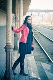 Vrouw die op trein op oude spoorpost wachten Royalty-vrije Stock Afbeelding